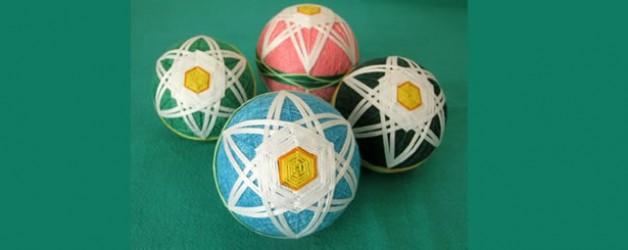 TALLER DE TEMARI – Esfera decorativa bordada – Grupo Katsuko
